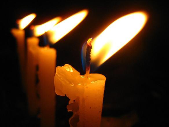 4 Flickering Candles